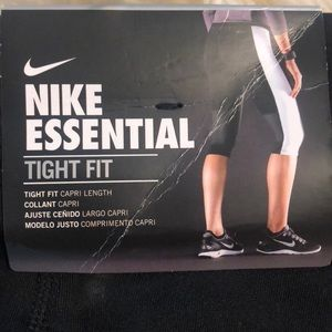 Nike Essential Tight- Capri